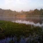 первые лучи солнца на озере