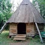 деревянная изба с крышей из коры дерева в заповеднике Лудорвай