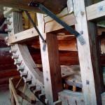 деревянный механизм мельницы в Лудорвае