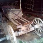 телега с корзиной для пассажиров в музее Лудорвай